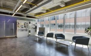 un espace lounge dans un bureaux moderne
