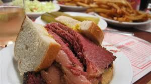 Dégustez le fameux sandwich à la viande fumée est une des chose à faire à Montréal